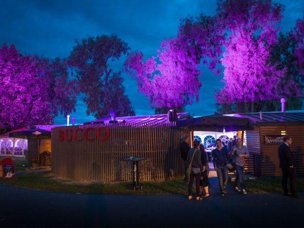 Buccon Terassi, Pori Jazz 2013. Puiden värivalaisu vedenkestävillä ulko-LED-valoilla.
